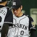 3回、巨人・長野に押し出し四球を与えた岩貞(左端)のもとに集まる阪神ナイン=東京ドーム(C)KYODO NEWS IMAGES