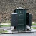 仏パリに設置された男性用公衆トイレ「ピソティエール」(2013年1月1日撮影)。(c)JACQUES DEMARTHON / AFP