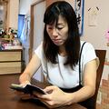 小倉美咲さんの母とも子さんは、情報を求めてスマートフォンからSNSで発信を続けている=2020年9月8日、千葉県成田市、玉木祥子撮影