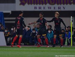 J1デビュー戦でゴールを奪い、仲間から祝福される浦和レッズFWレオナルド