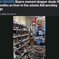 酒瓶を次々と床に落として割っていく女(画像は『The Sun 2020年11月26日付「GETTING SMASHED Bizarre moment shopper chucks 500 booze bottles on floor in five-minute Aldi wrecking rampage」』のスクリーンショット)