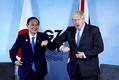 首脳会談を終え、ジョンソン英首相(右)と「肘タッチ」を交わす菅首相(11日、英コーンウォールで)=代表撮影