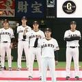 新入団発表では左端、ジャビット君に肩を組まれていた湯浅 (C) Kyodo News