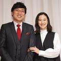 結婚報告記者会見で寄り添う2人(時事通信フォト)