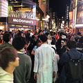 仮装した若者が結集した渋谷の街。彼らに行儀よくなってもらうためには、意外にも簡単な「仕掛け」が有効だ Photo:DOL