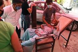 入院できず、礼拝所で治療を受けるインド人女性(写真/AFLO)