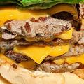 重量は約450g パティが4枚重ねになったハンバーガーを実食