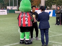 優勝カップを手にする岩田主将(右から2人目)