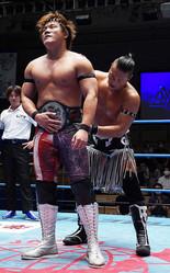 敗れたCIMA(右)は新王者・岩本の腰にベルトを巻いた
