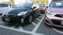 日置さんの車(右のピンク色のもの)の隣、斜線部分に別の乗用車が駐車している(写真提供:日置有紀さん)