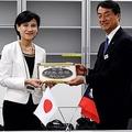 左から文化部の鄭麗君部長、JR東日本の西山隆雄常務取締役