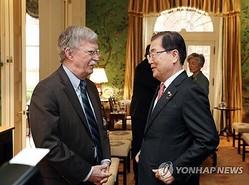 鄭義溶・国家安保室長(右)とボルトン氏=(聯合ニュース)