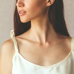 二重あごを予防して首元ほっそり。1日1セット【小顔な印象作り】に効く簡単ストレッチ