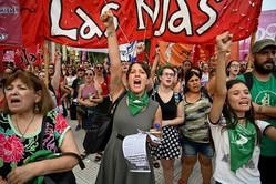 セクハラやジェンダー犯罪に抗議するアルゼンチンの女性たち。世界的潮流を学ぶべきだ AFP=時事
