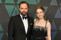 ヨルゴス・ランティモス監督とエマ・ストーン 写真:Shutterstock/アフロ