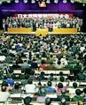 (写真)壇上の新中央役員とともに閉会あいさつをする志位和夫委員長=18日、静岡県熱海市