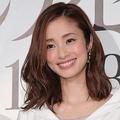 上戸彩、日本を元気にする不滅の笑顔 CMの制服姿は35歳には見えない