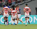 前半、トライを決めた松島をチームメートが祝福(撮影・篠原岳夫)