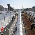 セブン−イレブン東大阪南上小阪店の駐車場にオープンした仮店舗(左)。元オーナー、松本実敏さんが壁を見上げていた=4日午前、大阪府東大阪市(沢野貴信撮影)
