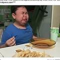 チキンマックナゲットを食べながら号泣する少年(画像は『WatiWan MayaAdam CyraRysa 2020年5月19日付Facebook「Reaction video of Adam getting McDonald's」』のスクリーンショット)
