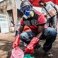 コンゴ民主共和国ゴマで、防護具を着用し、水と塩素を混ぜる医療従事者(2019年7月31日撮影)。(c)PAMELA TULIZO / AFP