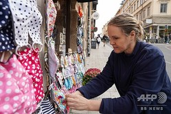 スウェーデン・ストックホルムの店先で布製マスクを販売するジェニー・オルソンさん(2020年8月31日撮影)。(c)Tom LITTLE / AFP