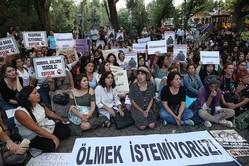 トルコの首都アンカラで、女性殺害事件に抗議する女性たち(2019年8月23日撮影)。(c)Adem ALTAN / AFP