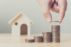 ボーナスの一部を住宅ローンの繰り上げ返済に回そう、そう考えている家庭も少なくないでしょう。いっぽうでマイナス金利政策以降、住宅ローン金利は史上最低金利レベル。低金利の恩恵を受け、利息の支払いはかなり抑えられています。そうした状況のなかでも、繰り上げ返済をすべきなのでしょうか。
