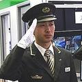 欧州では私服の運転士も 海外では珍しい鉄道会社の制服と制帽