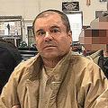 2017年当時、メキシコ警察に連行される麻薬王「エル・チャポ」ことホアキン・グスマン受刑者。メキシコ内務省提供(2017年1月19日撮影・提供)。(c)AFP=時事/AFPBB News