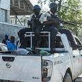 ハイチのクロワデブーケの刑務所近くで、集団脱走後に捕まってピックアップトラックの荷台に乗せられた受刑者ら(2021年2月25日撮影)。(c)Reginald LOUISSAINT JR / AFP