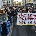 大学生の焼身自殺未遂を受け、仏リヨンで行われた学生らの抗議デモ(2019年11月12日撮影)。(c) PHILIPPE DESMAZES / AFP