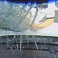 車に駆け寄り窓叩き割る 男逮捕