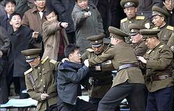平壌のサッカースタジアムで保安員(警察官)と揉める北朝鮮の男性。周りの人々は指を指して保安員を非難している(参考写真)。