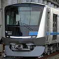 小田急電鉄が来年3月に運行を開始する新型通勤車両5000形=11日、東京都多摩市