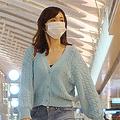 空港ロビーを歩く伊藤綾子アナ