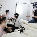 撮影前の打ち合わせ。女優以外のスタッフ、男優はマスクとフェイスガードを装着しシーンを確認する