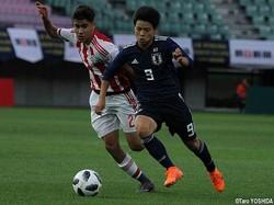 U-16日本代表MF中野桂太がDFをかわしてゴール前へ