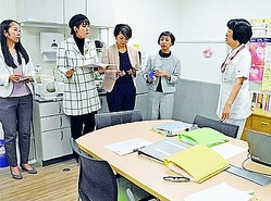 (写真)支援センター「なごみ」の施設内を見学する(左から)西山、本村、すやまの各氏ら=22日、名古屋市昭和区