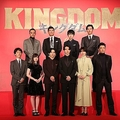 製作発表に臨んだ映画『キングダム』の出演陣(前列左から4人目が主役の山崎賢人)