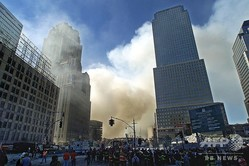 米同時多発攻撃により世界貿易センタービルの周囲を覆う煙(2001年9月12日撮影、資料写真)。(c)Timothy A. CLARY / AFP