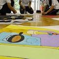 大阪府内の幼稚園では園児たちが帰った後、教諭らが誕生日会のイベントで使う「作り物」の制作に励んでいた