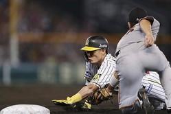 6回阪神無死、右前打を放つがオーバーランでタッチアウトとなる糸井。一塁手大城=甲子園(C)Kyodo News