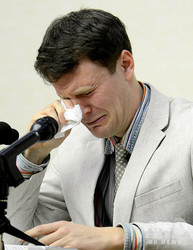北朝鮮・平壌で記者会見し、涙をぬぐう米大学生のオットー・フレデリック・ワームビア氏。国営朝鮮中央通信(KCNA)配信(2016年2月29日撮影、3月1日配信)。(c)AFP=時事/AFPBB News