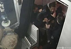 仏パリの音楽スタジオ入り口でプロデューサーのミシェル・ゼクレーさんが警官から暴行を受ける様子を捉えた映像の一部(2020年11月21日撮影、11月27日作成)。(c)MICHEL ZECLER / GS GROUP / AFP