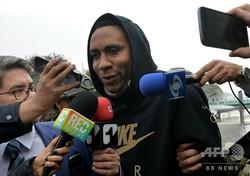 麻薬を密輸したとして逮捕され、記者団に取り囲まれるサッカー元コロンビア代表のジョン・エデュイス・ビアファラ容疑者(2019年3月20日撮影)。(c)Diana Sanchez / AFP