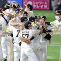 地元ペイペイドームで日本シリーズで4連勝し、巨人を下して優勝して喜ぶソフトバンクナイン@2020年11月25日
