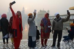 インド・パンジャブ州アムリツァルで自撮りをする人々(2018年1月1日撮影、資料写真)。(c)NARINDER NANU / AFP
