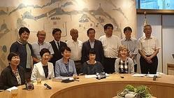 ソウル市庁を訪れた日本の市民団体会員と記念撮影する朴市長(後列右から4人目)=(聯合ニュース)