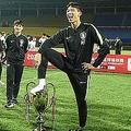 中国・成都で行われたサッカーのユース大会、パンダ・カップのトロフィーを足で踏むU-18韓国代表の選手。Osports提供(2019年5月29日撮影、同30日公開)。(c)AFP=時事/AFPBB News